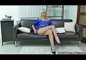 Euro milf Roxana ferociously rubs say no to clit