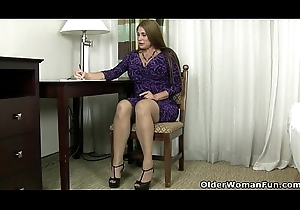 American milf Sheila plays with nylon with an increment of cavalier heels