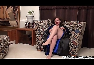American milf Marie Diabolical loves dildoing the brush nyloned twat
